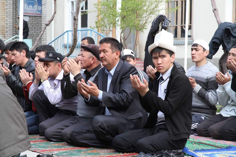 Betende in einer Moschee in Osch im Süden Kirgistans. - Nimmt die islamistische Gefahr aus Zentralasien zu?