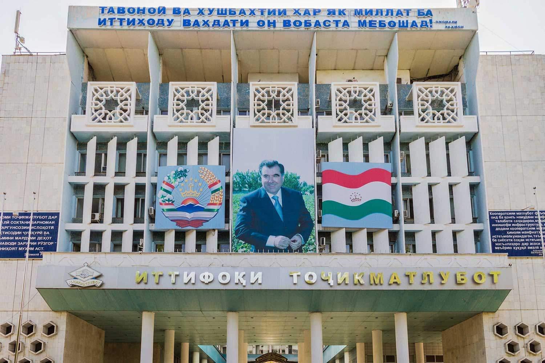 """Personenkult um den tadschikischen Präsidenten Emomai Rahmon in der Hauptsstadt Duschanbe. Er hat 2015 unter Terrorismusvorwand die islamische Opposition ausgeschaltet und erklärte sich zum """"Führer der Nation"""". © Edda Schlager, n-ost"""