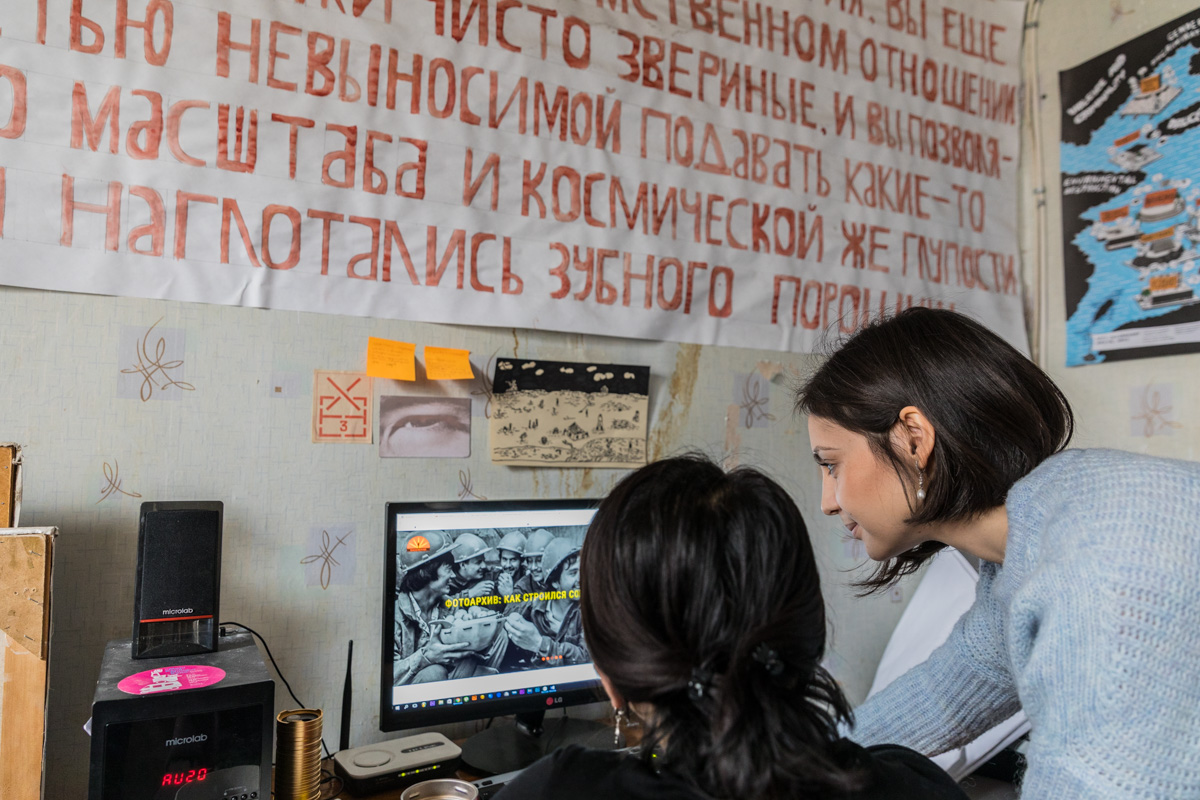 Diana Rahmanova in ihrem Büro in Bischkek
