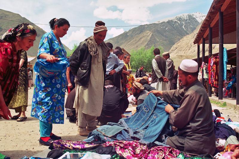 Auf dem Basar im tadschikischen Ishkashim treffen Afghanen und Tadschiken regelmäßig aufeinander