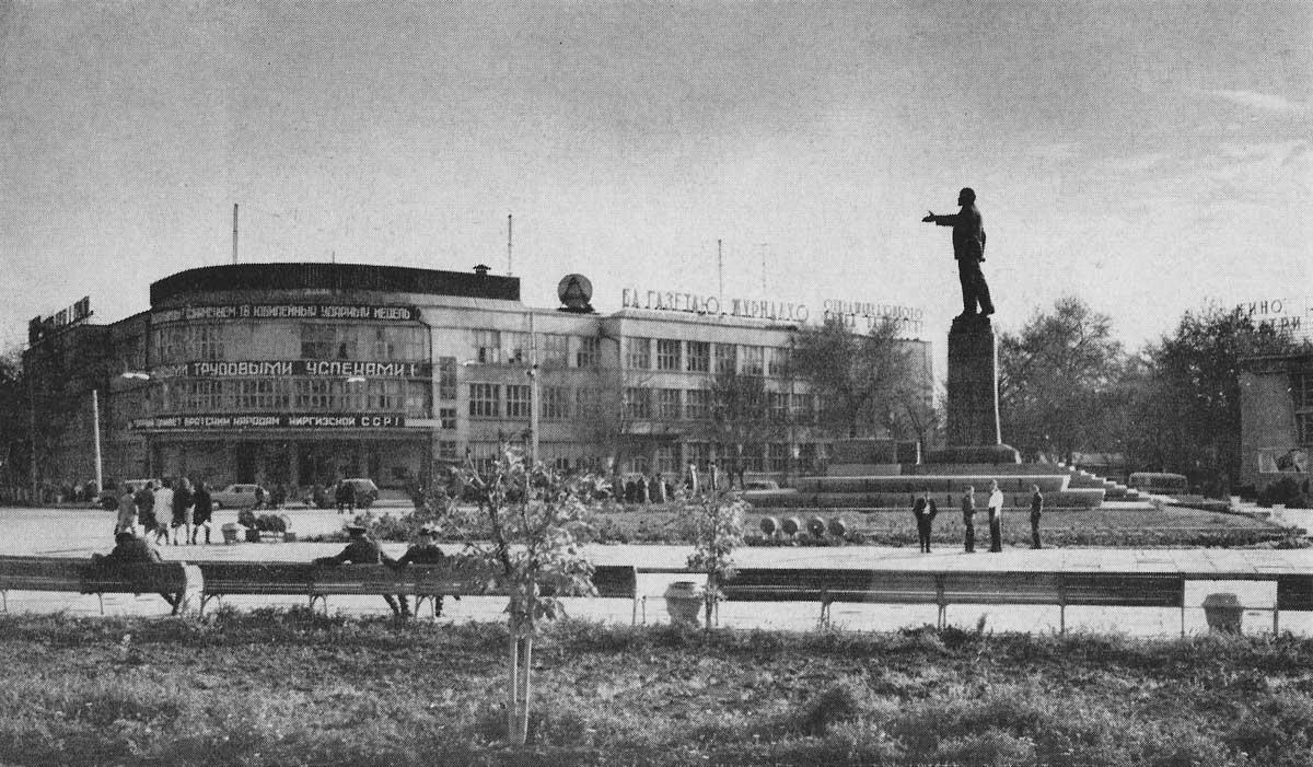 Die Lenin-Statue auf dem zentralen Platz in Duschanbe wurde zu Beginn des Bürgerkriegs niedergerissen. © Archiv Rustam Mukimov