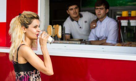 Schweizer Hoffnungen, Trachtenzwang und ein falscher Starbucks in Aschgabat – Der August in Zentralasien (2017)