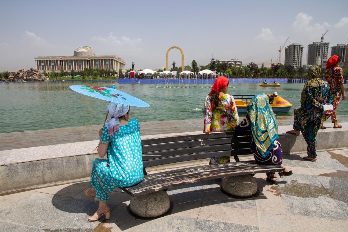 Duschanbe: Tadschikische Frauen in traditionellen Kleidern