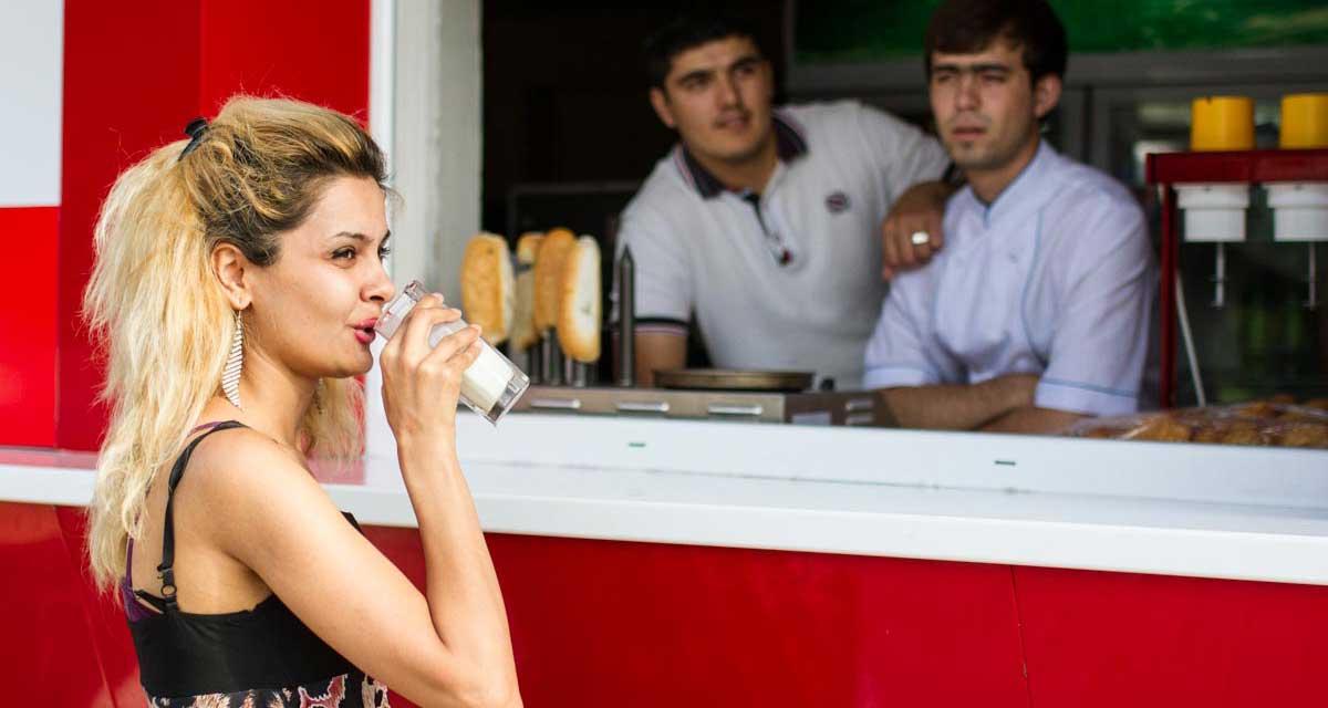 Sommer in Duschanbe. So freizügig dürfen sich Frauen in Tadschikistan bald nicht mehr kleiden, traditionelle tadschikische Kleider sind künftig für Frauen Pflicht.