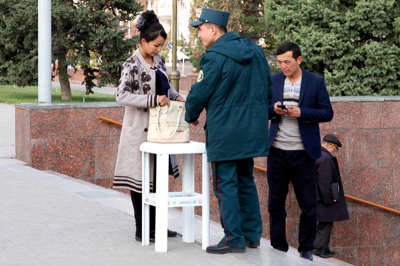 Vom Ende des Überwachungsstaates ist Usbekistan noch weit entfernt: Taschenkontrolle durch die Polizei an einem Zugang zur Metro in Taschkent