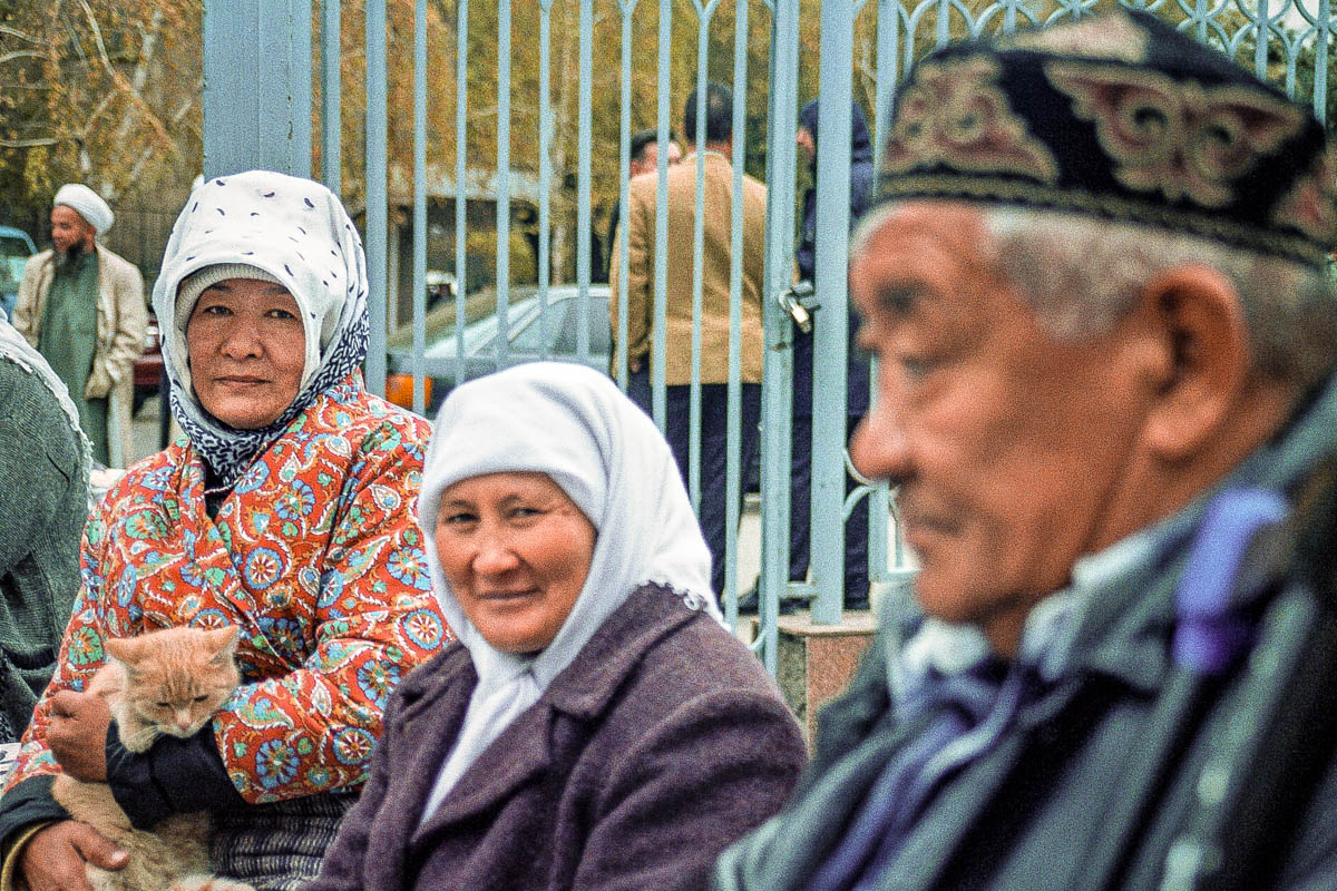 Ältere Kasachen vor der Zentralmoschee in Almaty: Kasachstan will das Tragen von zu muslimisch anmutender Kleidung im öffentlichen Raum künftig reglementieren