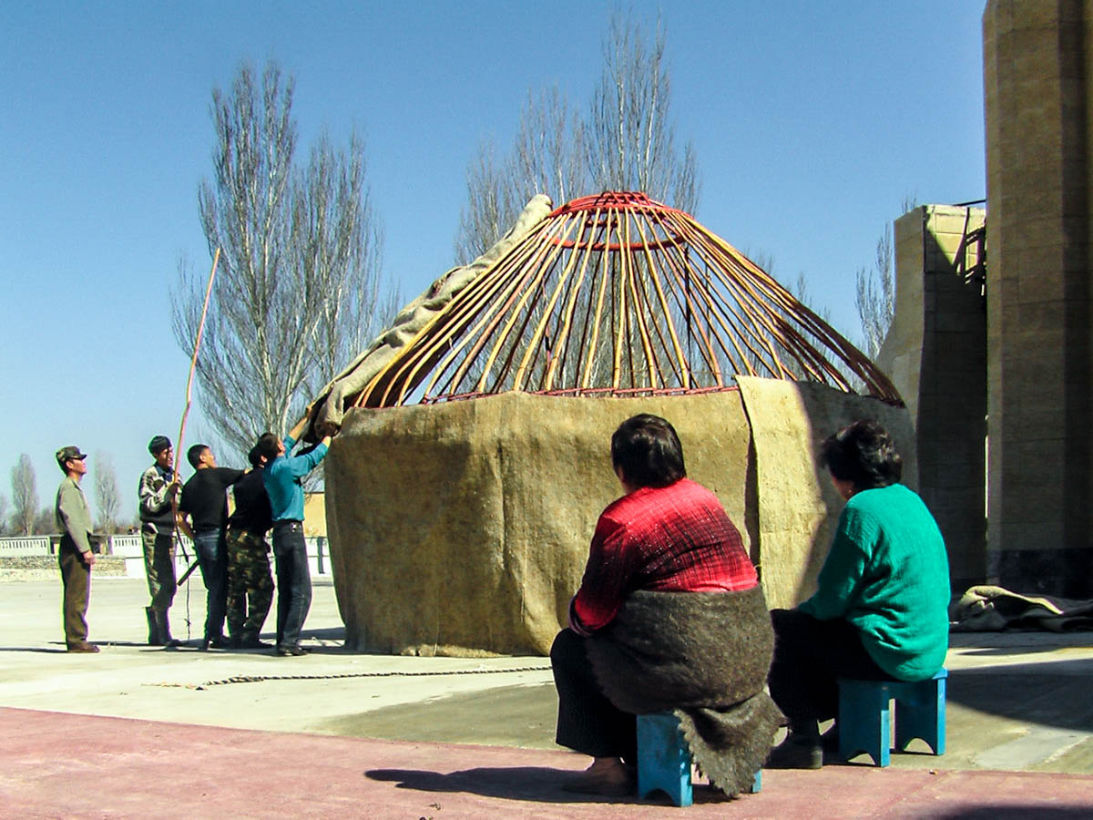 Anlässlich von Nauryz bauen Männer in Bischkek eine Jurte auf - kritisch überwacht von ihren Frauen.