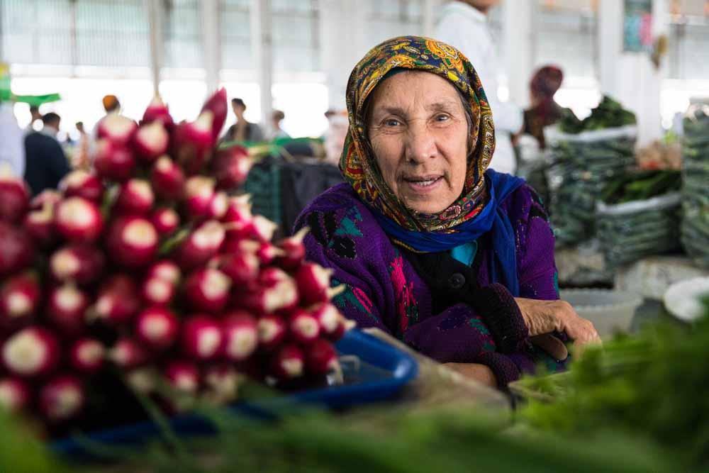 Gemüseverkäuferin auf dem Basar in Mary