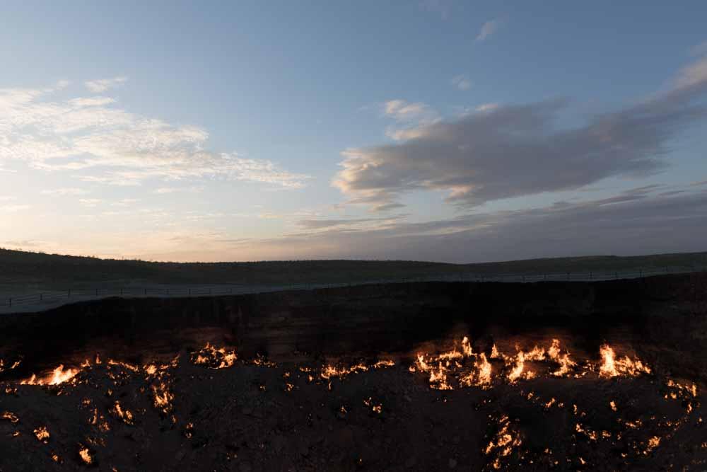 Der brennende Krater Darwaza. Seit 1971 brennt hier aus dem Boden tretendes Erdgas.